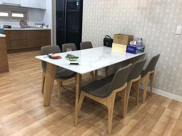 Màu sắc sàn nhà cùng tone màu gỗ bàn ghế ăn