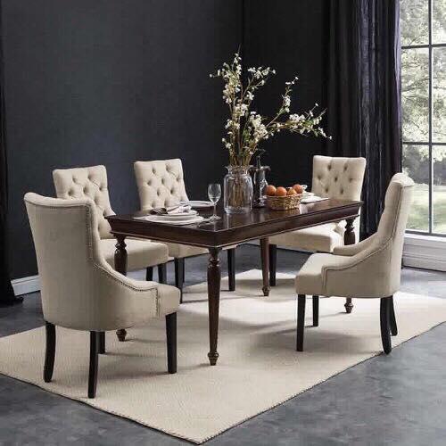 Ghế charles kết hợp với bàn gỗ tự nhiên được điêu khắc tỷ mỉ, đường vân gỗ đẹp mang phong cách tân cổ điển được nhiều người yêu chuộng