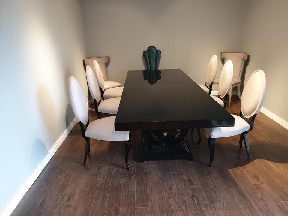 Màu trắng của ghế kết hợp với màu tối của bàn thể hiện gu thẩm mỹ tốt