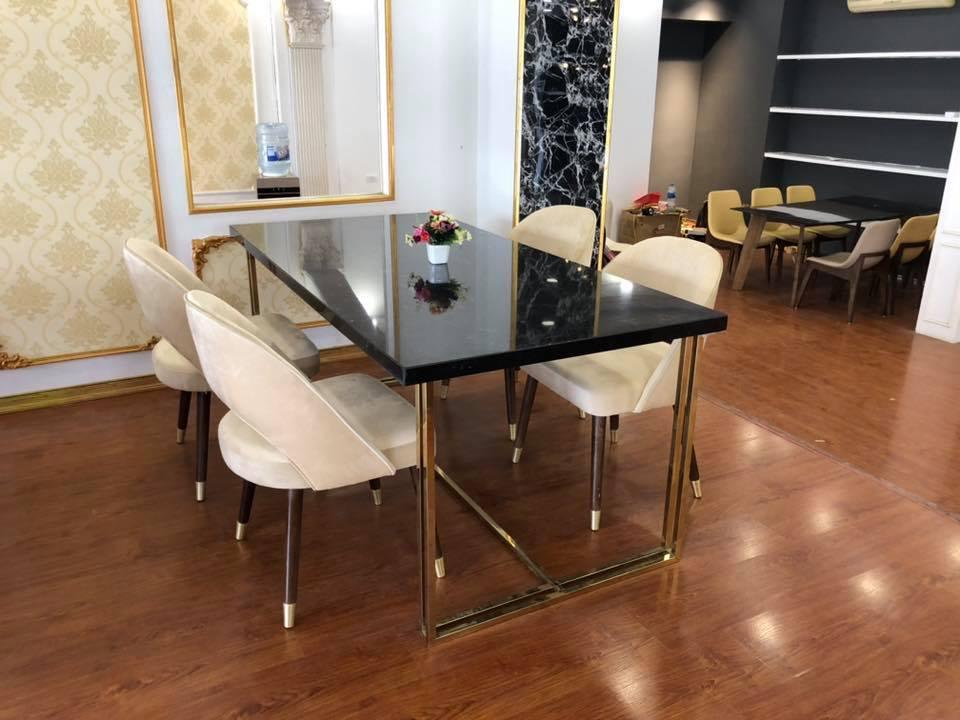 Bộ bàn ghế ăn mặt đá đen, chân inox mạ titan vàng đem đến vẻ sang trọng cho căn phòng