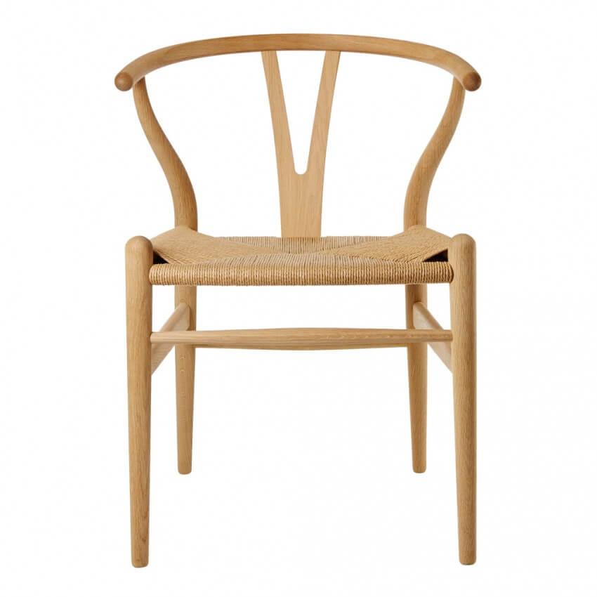 Ghế Wishbone gỗ sồi tự nhiên kết hợp phần dây đan bằng mây cách điệu, phù hợp với nhiều không gian phòng khách