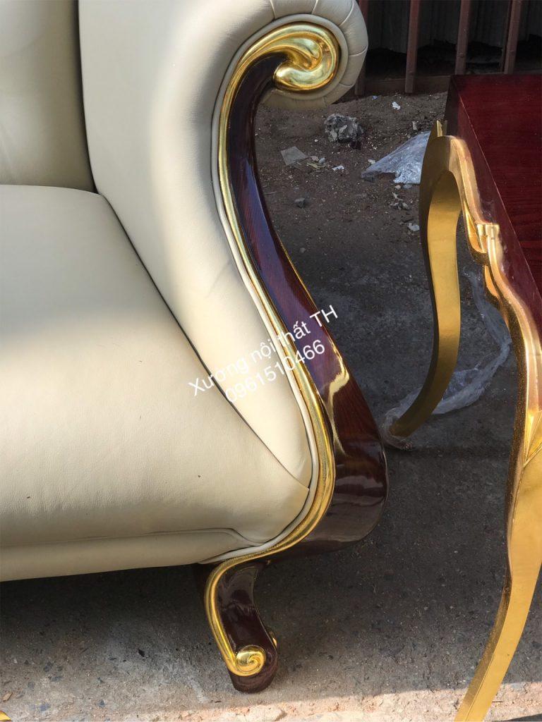 Phần chân sofa và bàn trà được dát vàng trông bắt mắt và sang trọng.