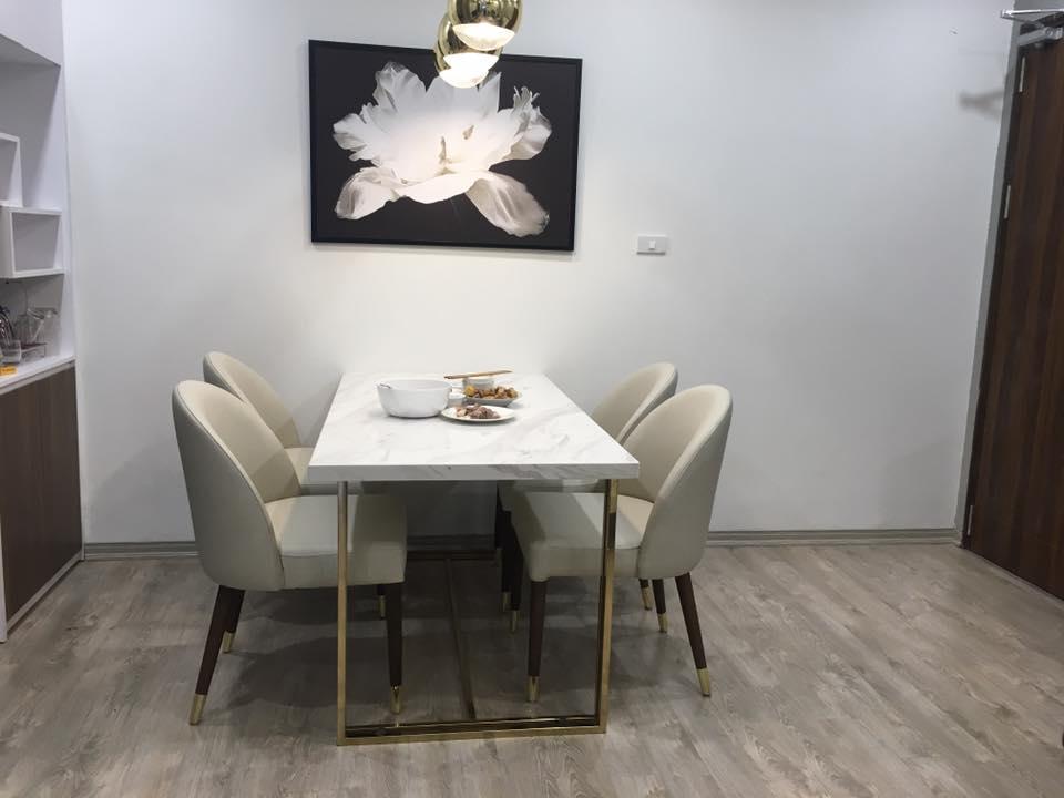 Bộ bàn ăn chân inox mạ titan vàng mặt đá kết hợp ghế gỗ sồi tự nhiên bọc da