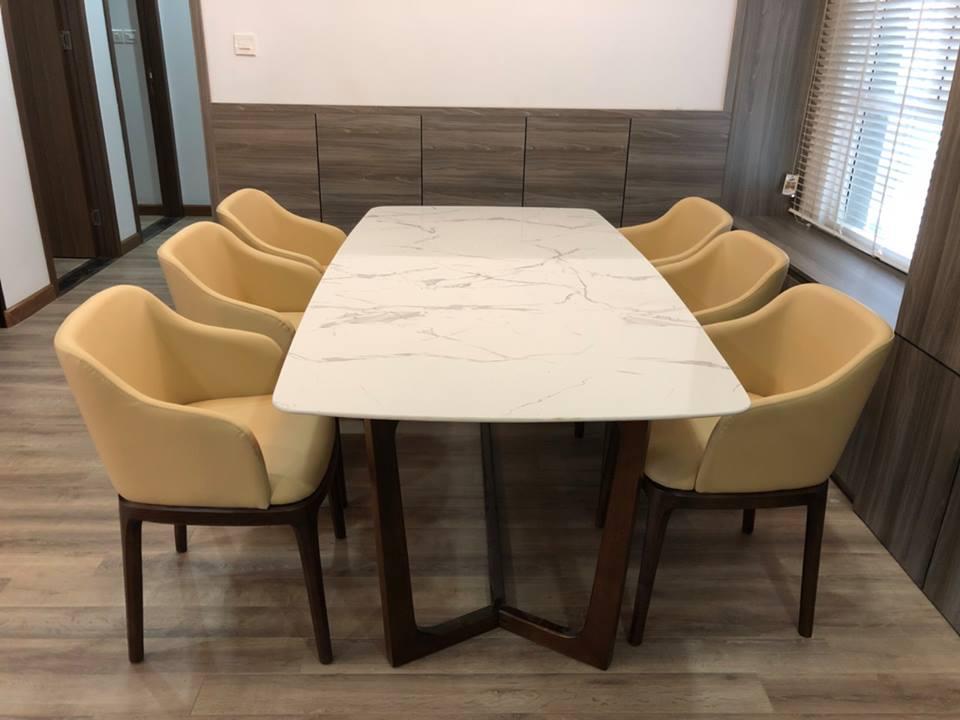 Bộ bàn ăn Concorde mặt đá kết hợp cùng ghế Grace có tay được nhiều khách hàng tin dùng
