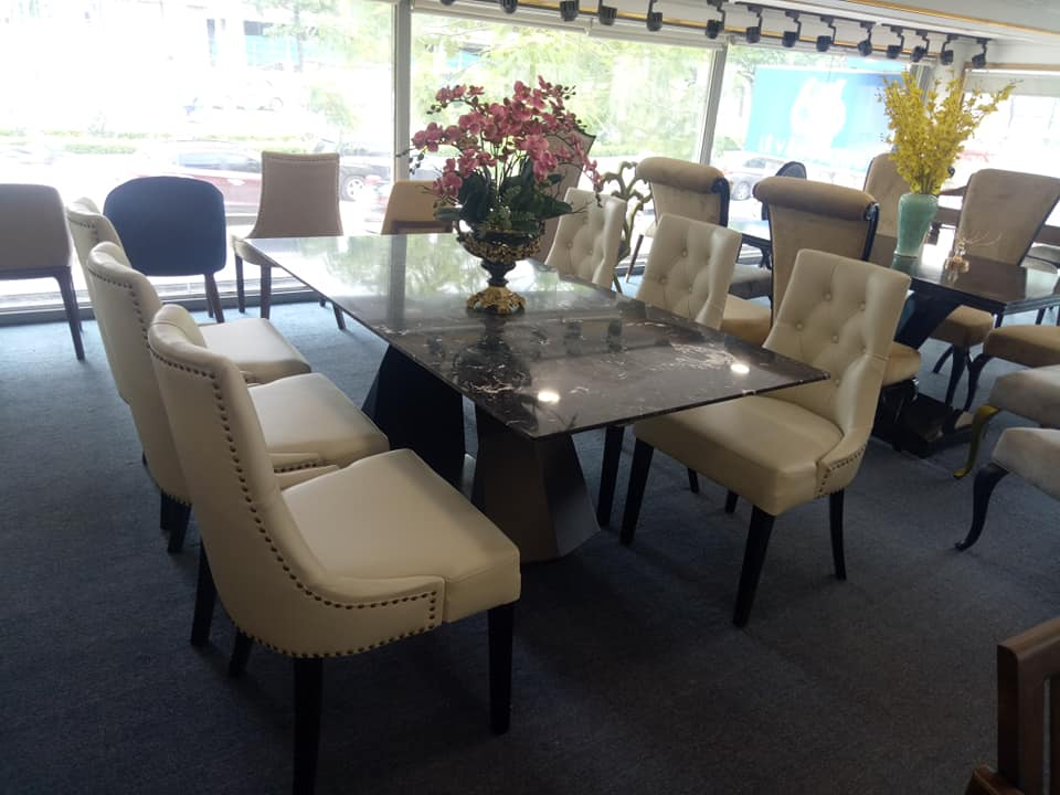 Bộ bàn ăn chân sắt sơn tĩnh điện mặt đá chắc chắn, cứng cáp kết hợp cùng ghế Charles mềm mại giúp tổng thể hài hòa hơn