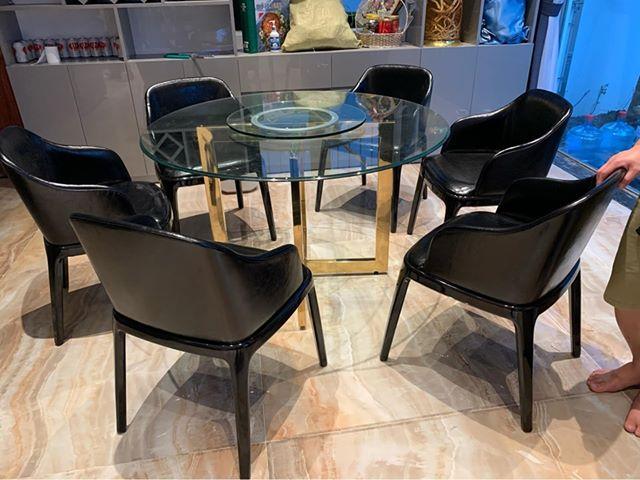 Bộ bàn ăn chân inox mạ titan vàng mặt kính mâm xoay kết hợp ghế gỗ sồi tự nhiên bọc da sang trọng và hiện đại