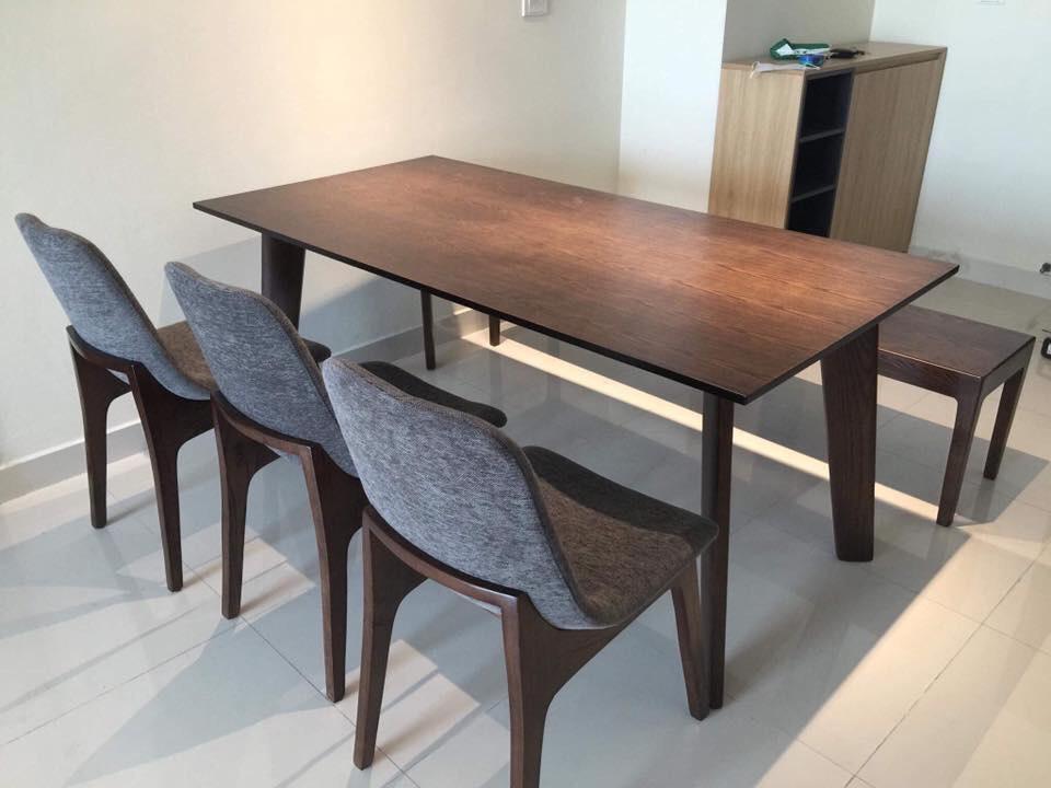 Bộ bàn ăn Howard mặt gỗ kết hợp cùng ghế văng nhỏ gọn, độc đáo