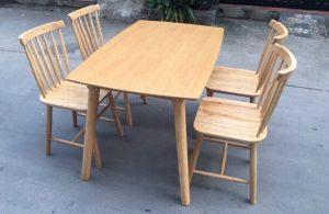 Bàn ghế ăn gia đình Pinstol gỗ sồi tự nhiên nhỏ gọn, ấm cúng
