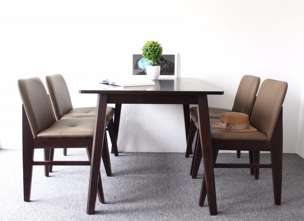 Bộ bàn ăn mặt đá trắng kết hợp với ghế gỗ Kudo gọn gàng, trẻ trung phù hợp với phòng bếp hiện đại