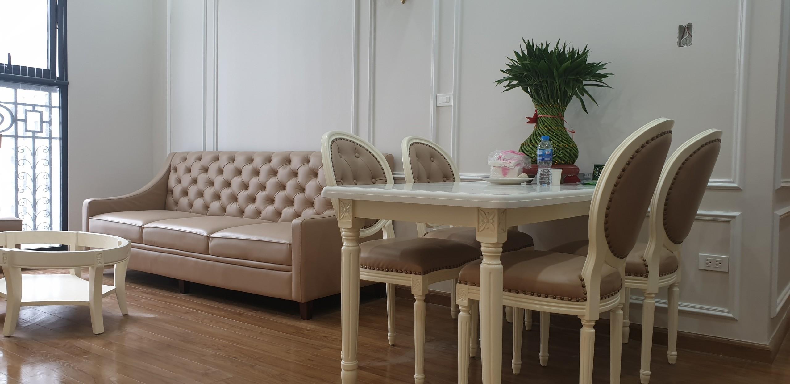 Nội thất phòng bếp và phòng khách cùng tông thanh nhã, trang trọng