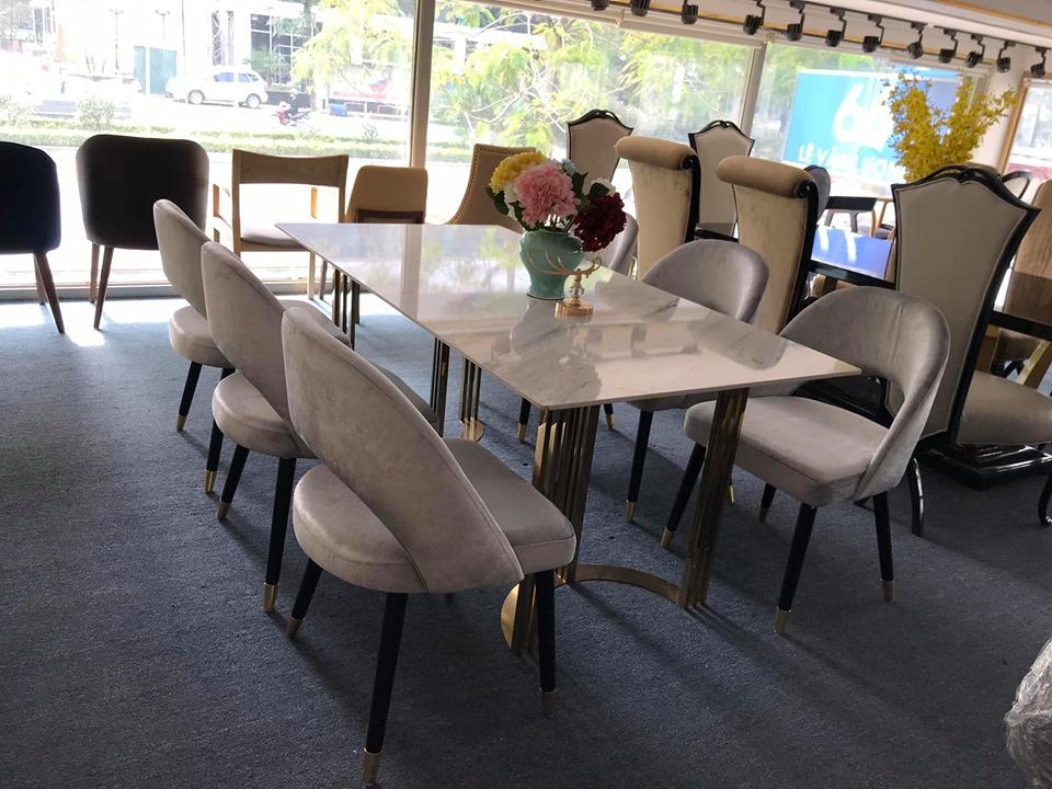 Bộ bàn ăn chân inox mạ titan vàng mặt đá kết hợp ghế gỗ sồi tự nhiên bọc nỉ hiện đại, trang nhã